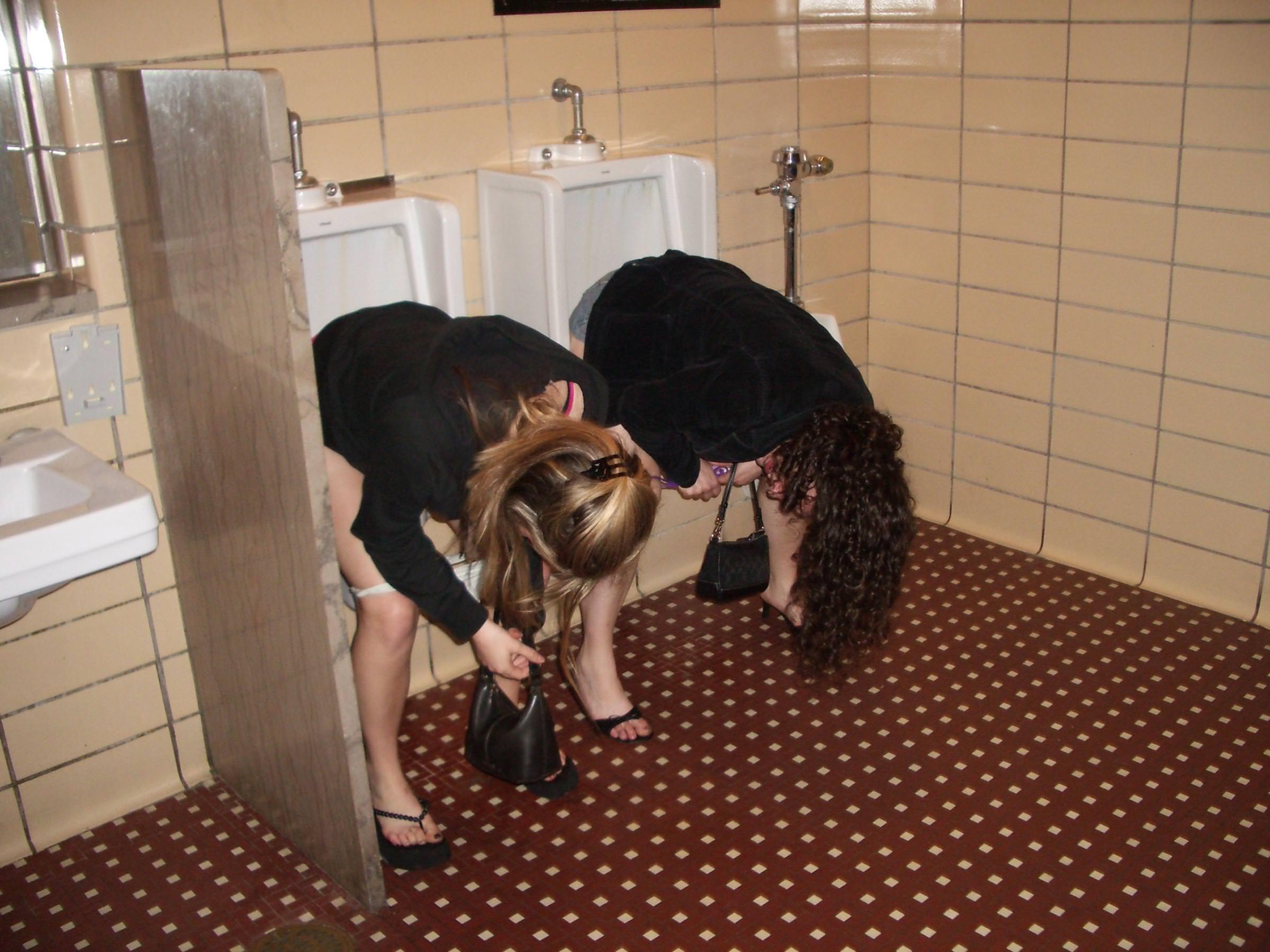 仲良し素人女子が連れションしている放尿エロ画像 448