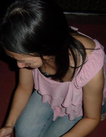 バレない角度から素人女子の胸チラ凝視wwww街撮りエロ画像 450
