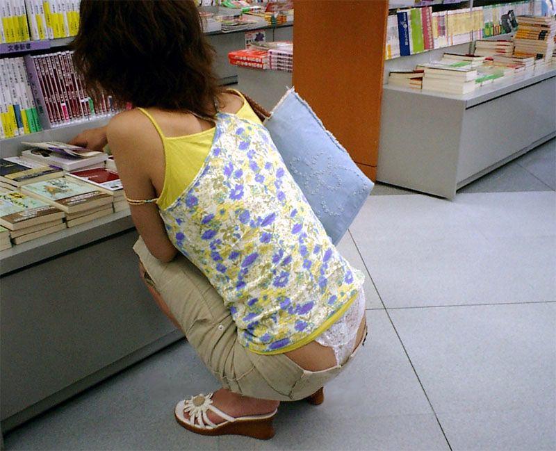 しゃがんだお尻側からパンツがはみパンしてる素人パンチラエロ画像 538