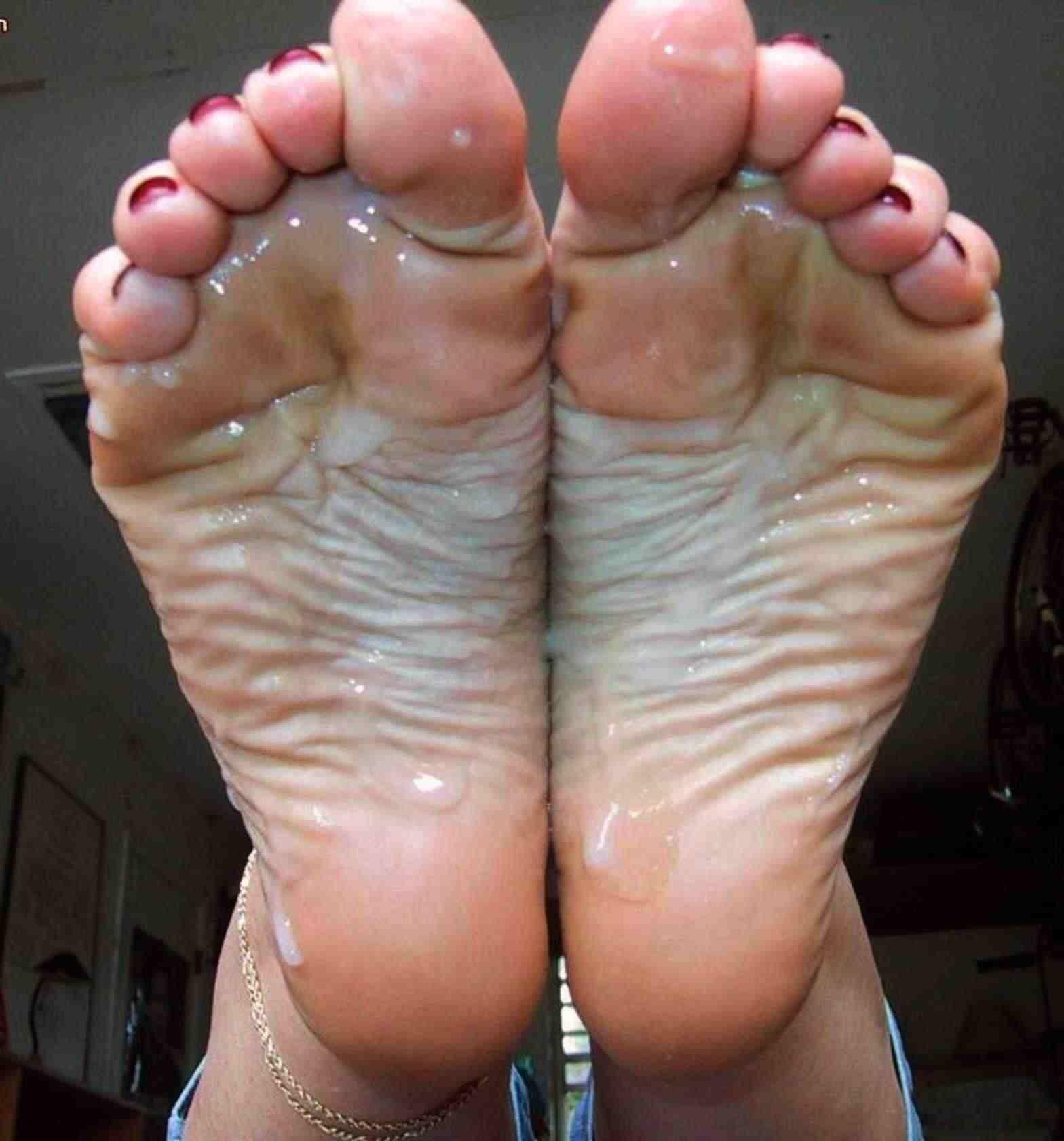 女の臭い足裏にザーメンぶっかけwww足フェチ素人エロ画像どんだけ~www 59