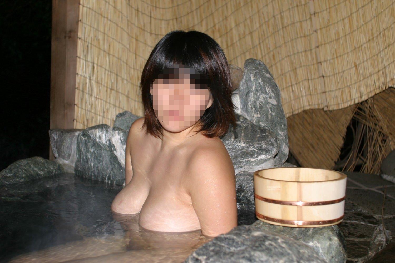スッポンポンの素人女子が温泉でスケベな肉体を撮影wwww露出エロ画像 630