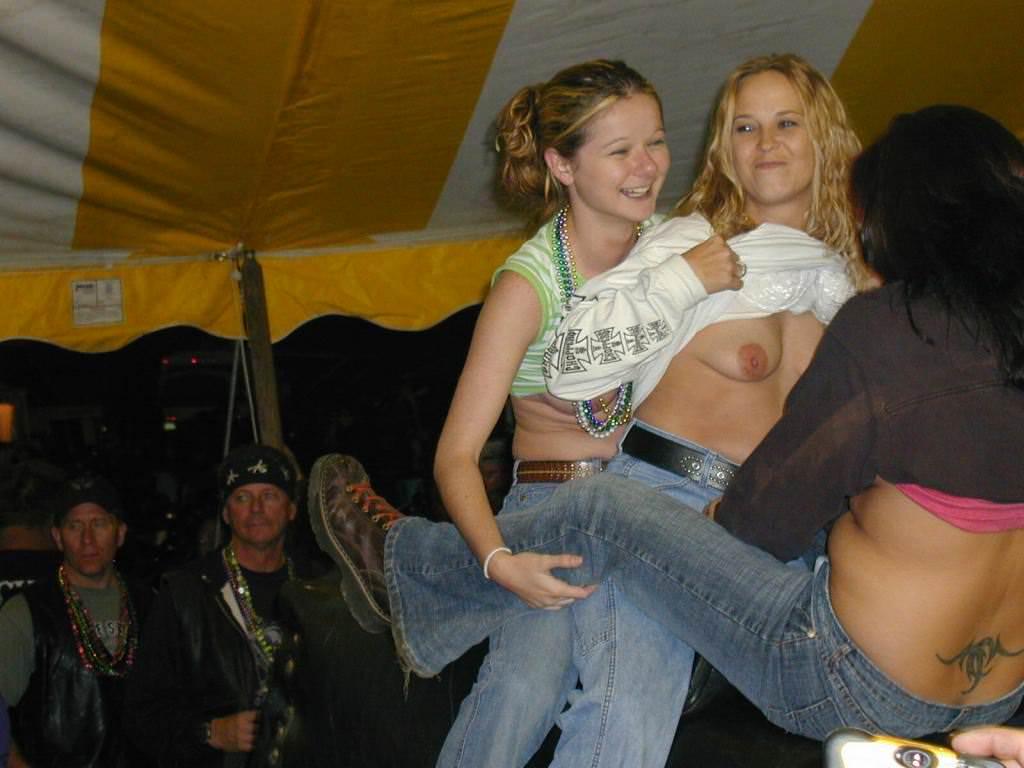 酔っ払った海外素人娘たちのおっぱい祭りとおふざけ乳首wwwのエロ画像 66