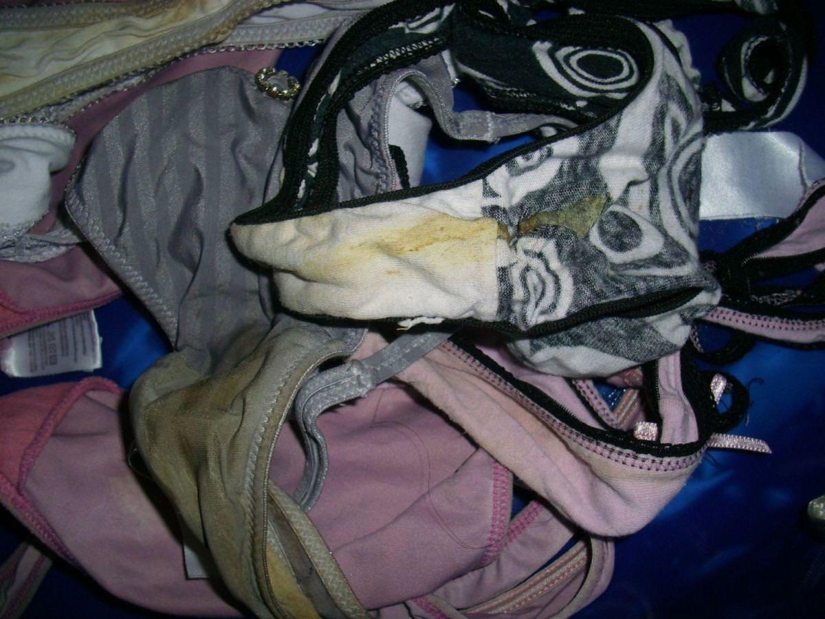 洗濯前の彼女の汚パンティーwwwクロッチにねっとりオリモノが付着した素人の下着エロ画像 827