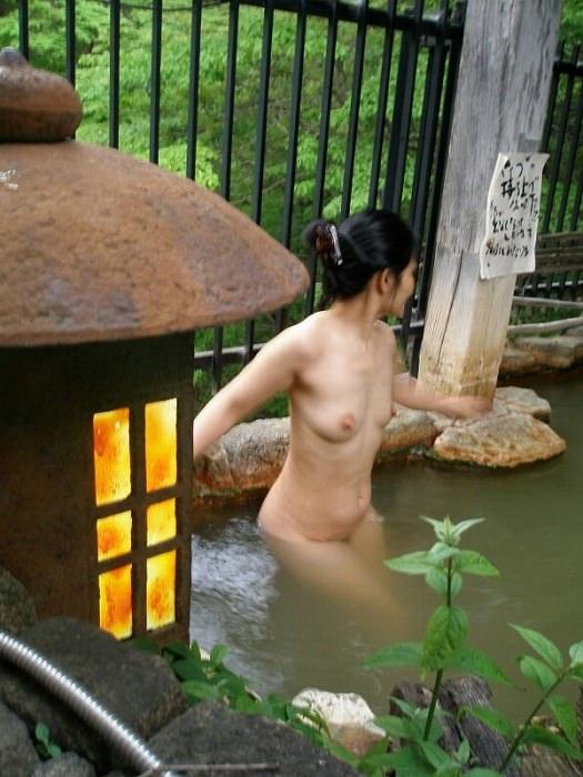 スッポンポンの素人女子が温泉でスケベな肉体を撮影wwww露出エロ画像 830