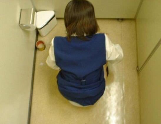 女子トイレの天井に設置された隠しカメラでオシッコ盗撮www素人エロ画像 844
