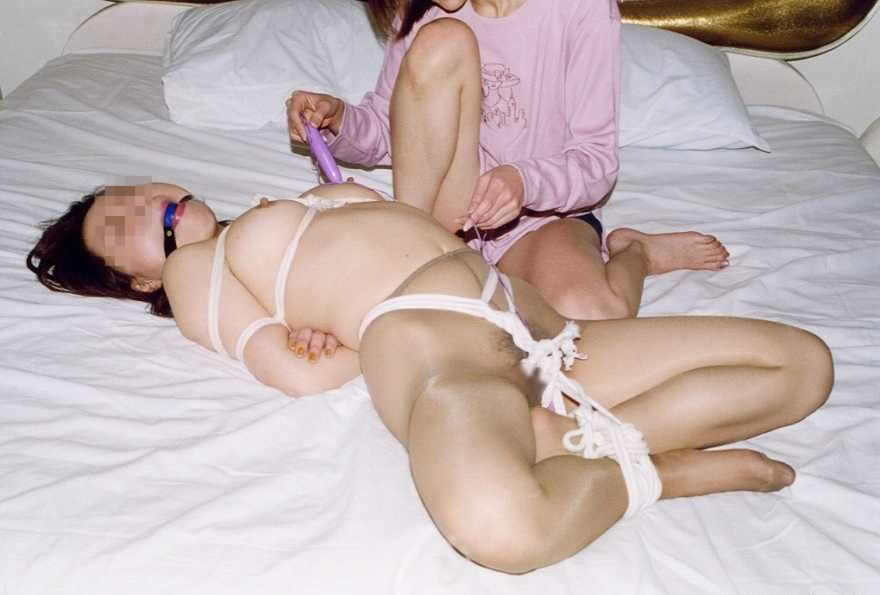 陰湿な女子会!ムカつく友達を拘束してレズ調教wwwSMエロ画像 922
