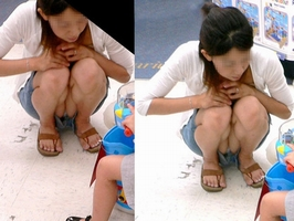 子連れママの盗撮最高~wwww警戒心ゼロの素人妻のパンチラを拝み放題wwww