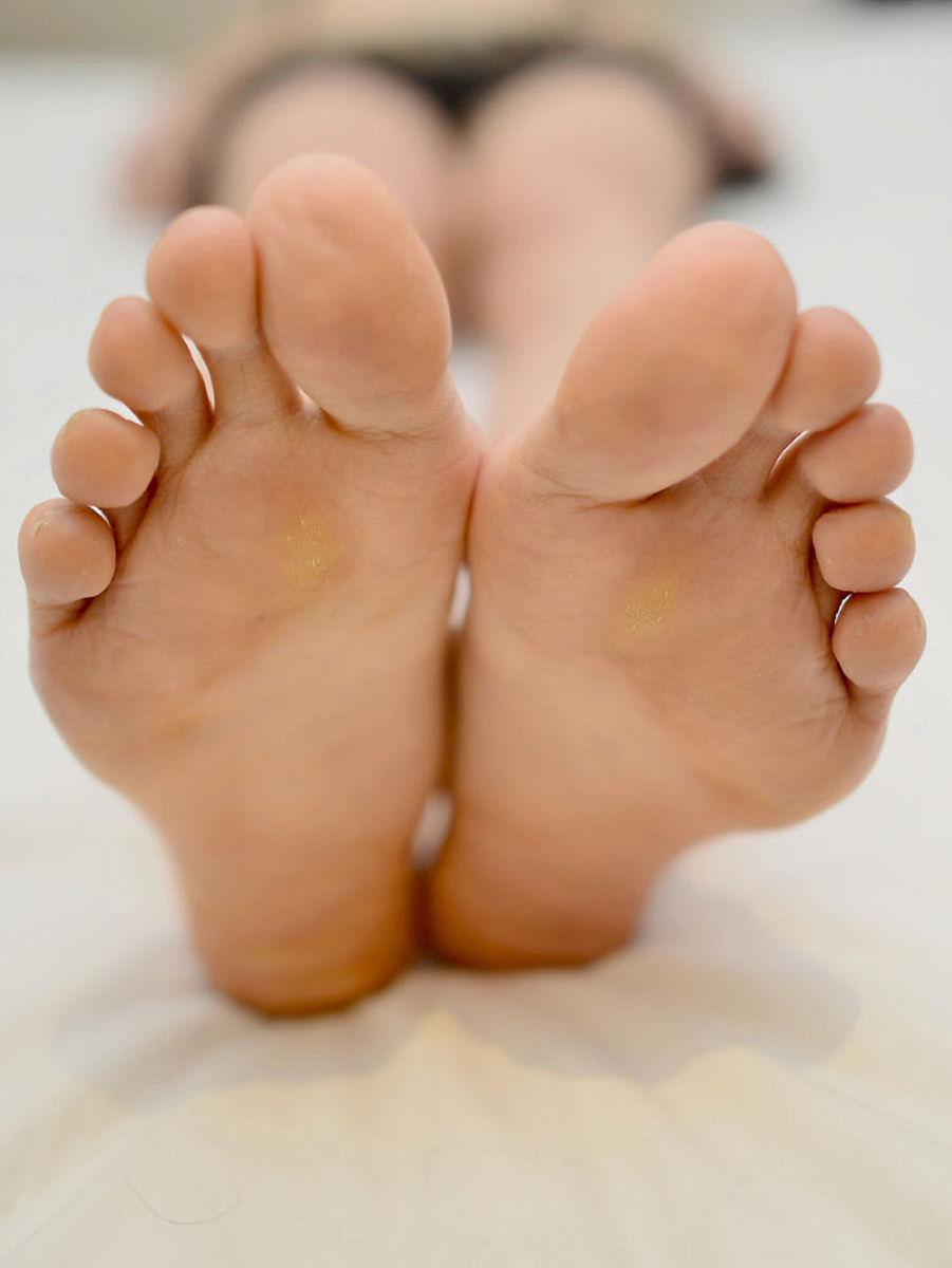 酸っぱ塩っぱい味がする女の子の足の裏フェチエロ画像 1126