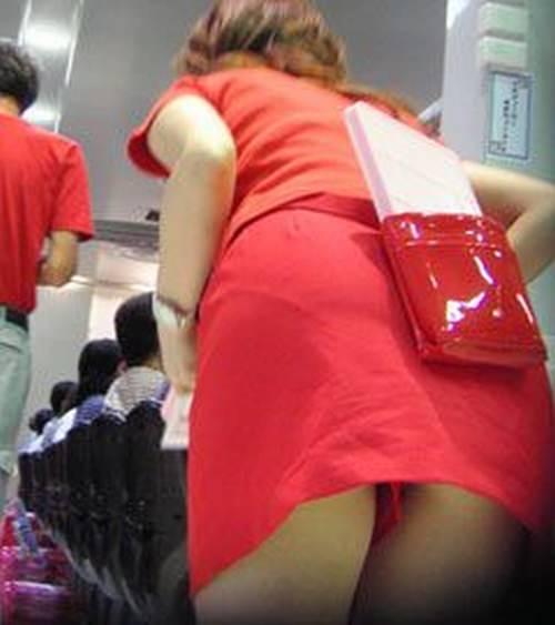 パチンコ店でガチ盗撮www店員さんのパンチラとかギャル客の太ももの素人エロ画像 121