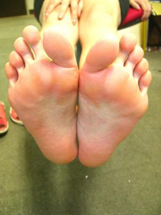 酸っぱ塩っぱい味がする女の子の足の裏フェチエロ画像 1223