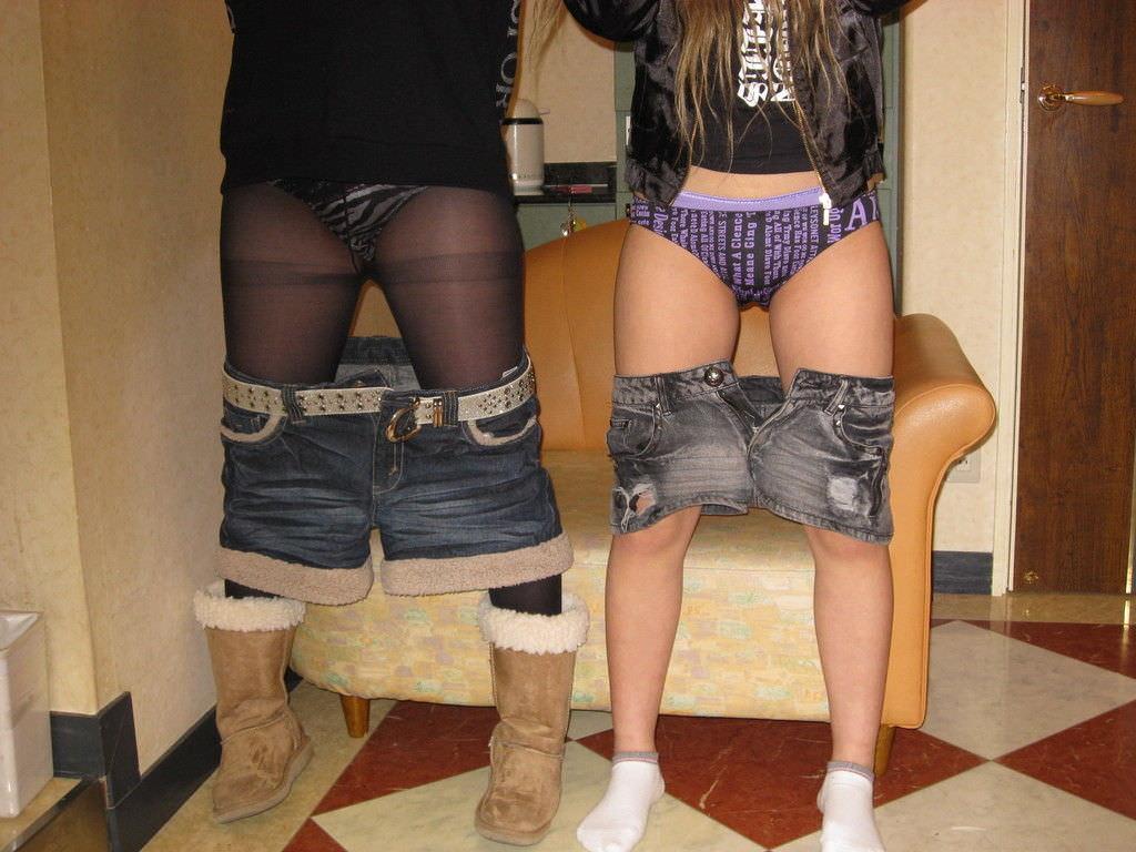 女子同士で仲良く恥ずかしくてエッチなおふざけ写真撮ってる素人エロ画像 146