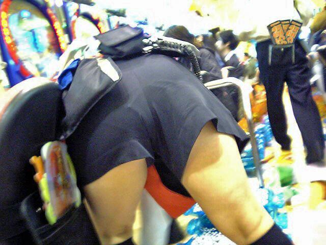 パチンコ店でガチ盗撮www店員さんのパンチラとかギャル客の太ももの素人エロ画像 16
