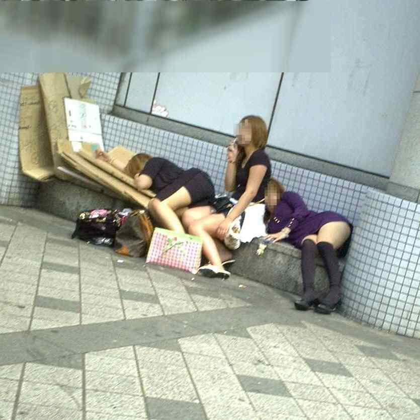 外出先で酒飲みすぎた素人娘wwww醜態晒して爆睡中のエロ画像 175