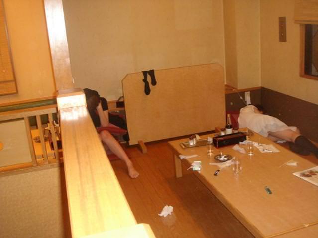 外出先で酒飲みすぎた素人娘wwww醜態晒して爆睡中のエロ画像 184