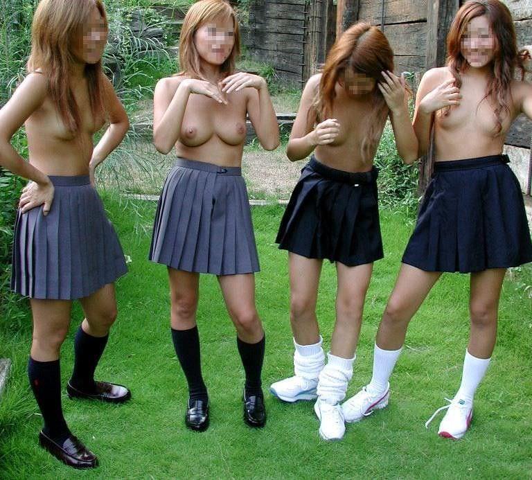女子同士で仲良く恥ずかしくてエッチなおふざけ写真撮ってる素人エロ画像 194