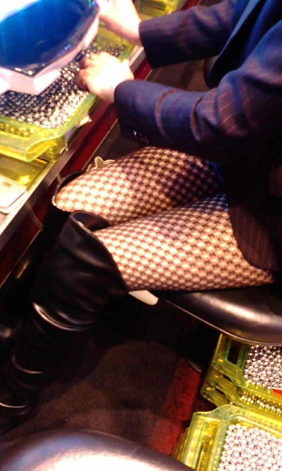 パチンコ店でガチ盗撮www店員さんのパンチラとかギャル客の太ももの素人エロ画像 21
