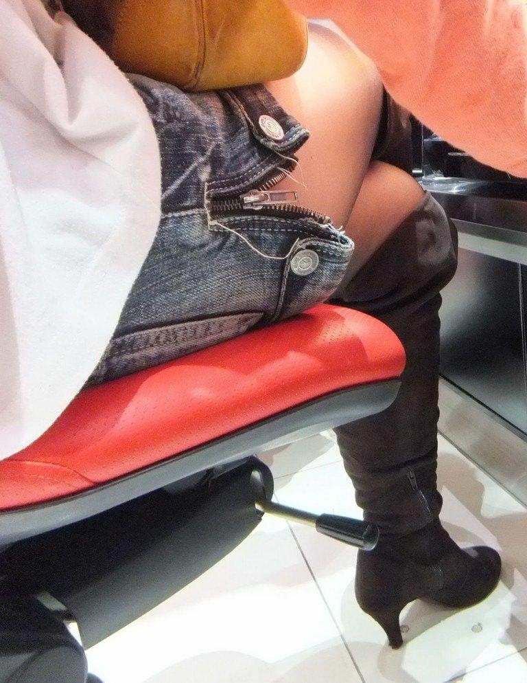 パチンコ店でガチ盗撮www店員さんのパンチラとかギャル客の太ももの素人エロ画像 24