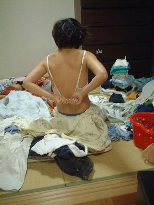 だらしない私生活が垣間見えるwwww汚い部屋で生活する素人娘のエロ画像 2719