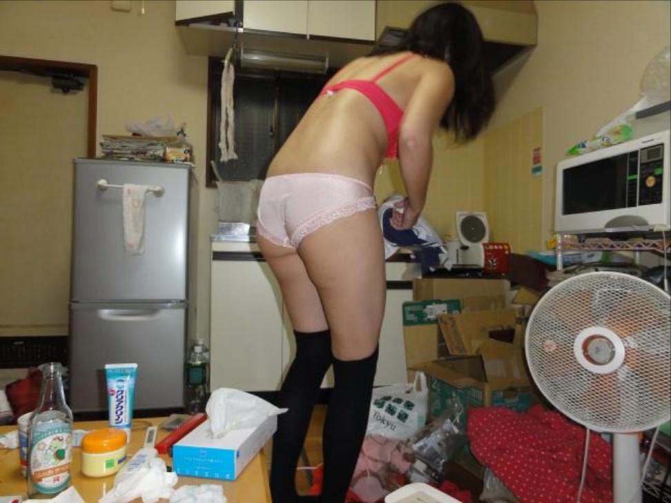 だらしない私生活が垣間見えるwwww汚い部屋で生活する素人娘のエロ画像 2817