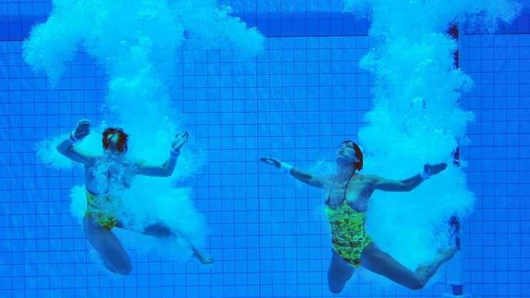 水中でエッチなおふざけしてる変質者wwww水着エロ画像 3016
