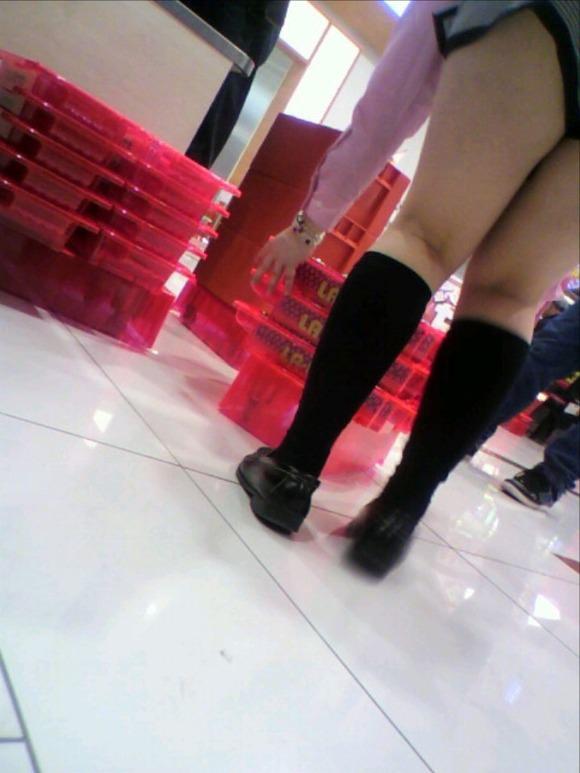 パチンコ店でガチ盗撮www店員さんのパンチラとかギャル客の太ももの素人エロ画像 31