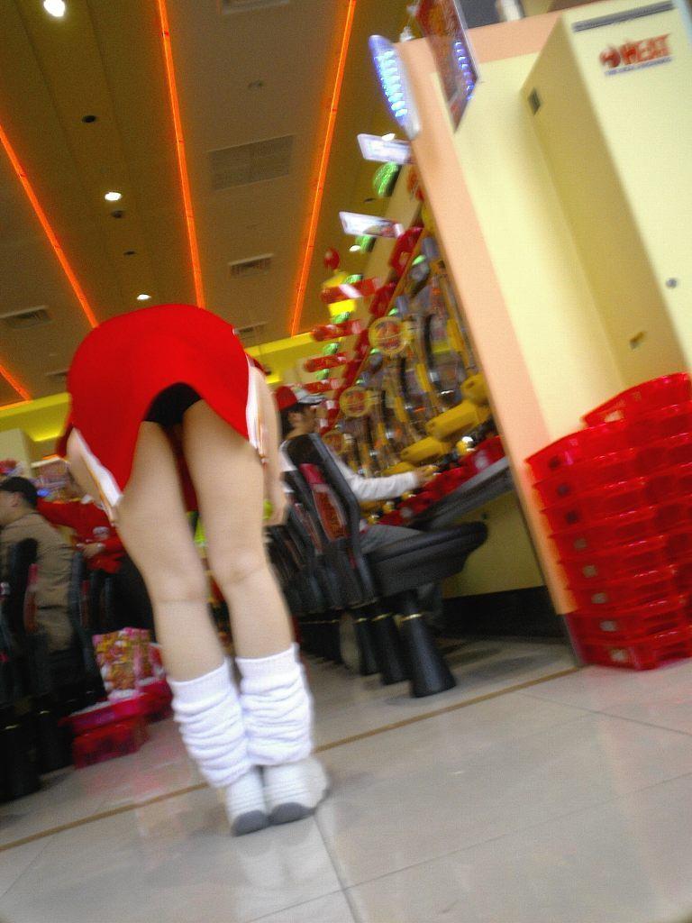 パチンコ店でガチ盗撮www店員さんのパンチラとかギャル客の太ももの素人エロ画像 32