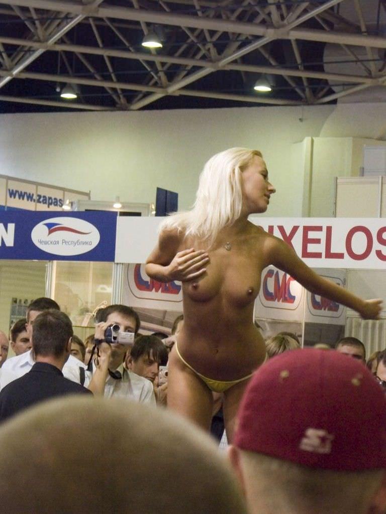 海外グラマラス美女のキャンギャルwwwwストリップ状態のエロ画像 3310