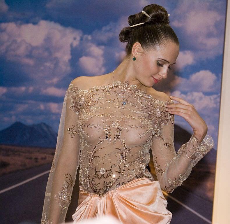 海外グラマラス美女のキャンギャルwwwwストリップ状態のエロ画像 344