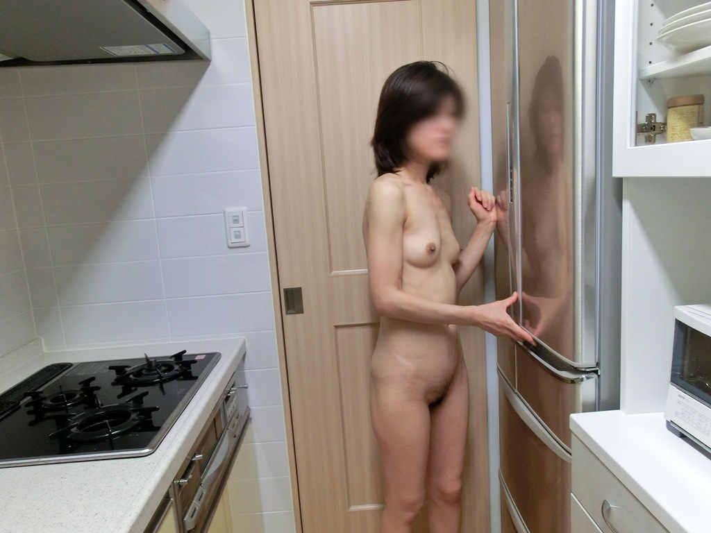 キッチンで家事をしながら露出する素人妻がエロすぎwwww家庭内エロ画像 363