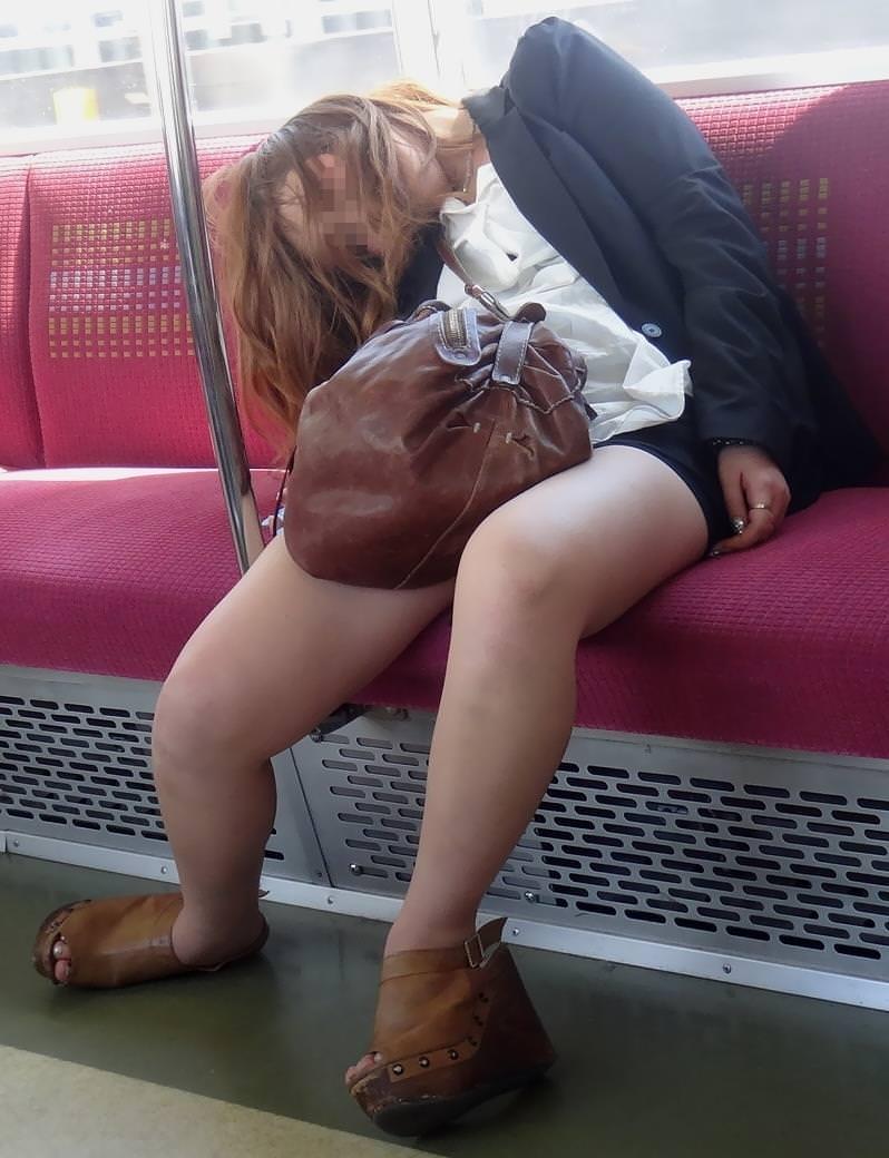 外出先で酒飲みすぎた素人娘wwww醜態晒して爆睡中のエロ画像 38