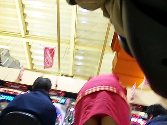 パチンコ店でガチ盗撮www店員さんのパンチラとかギャル客の太ももの素人エロ画像 41
