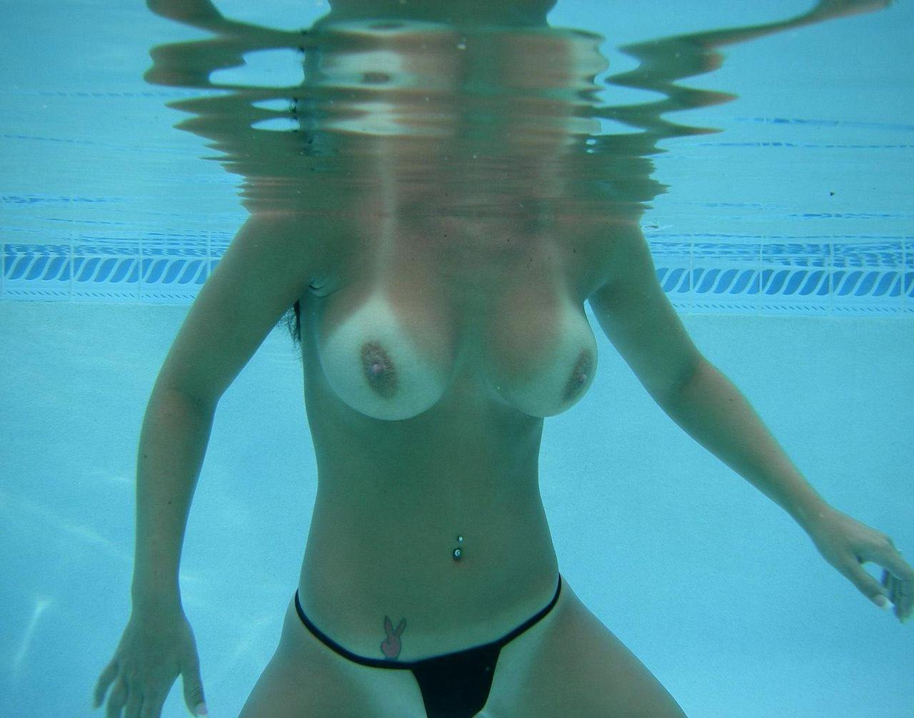 水中でエッチなおふざけしてる変質者wwww水着エロ画像 434