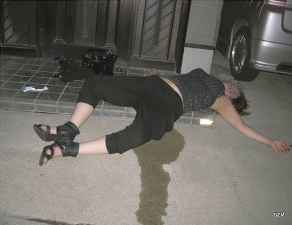 外出先で酒飲みすぎた素人娘wwww醜態晒して爆睡中のエロ画像 47