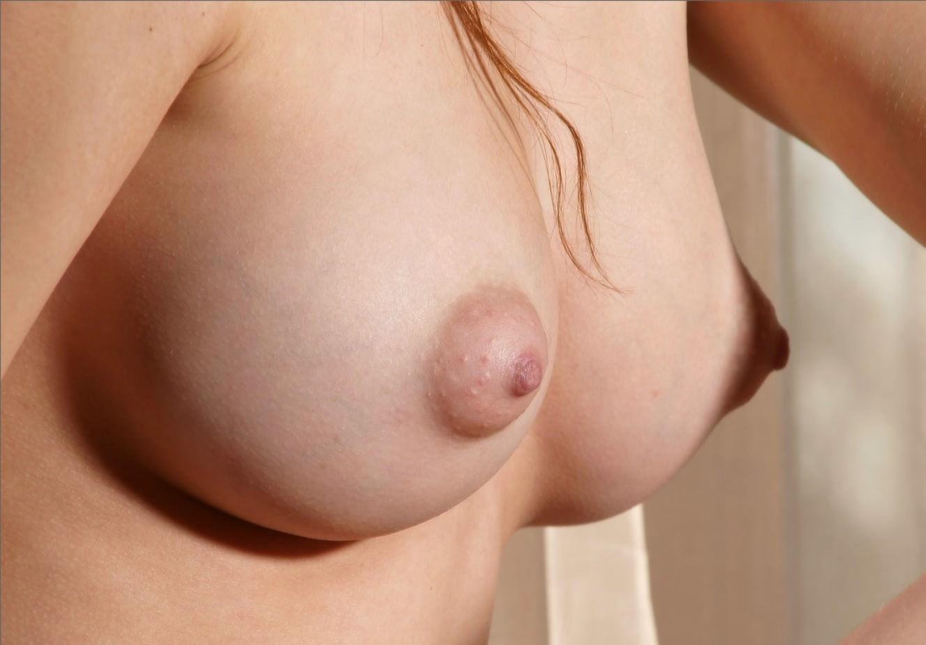 乳輪がぷっくり柔らか膨らんでるwwww若い女子の瑞々しいおっぱいエロ画像 510