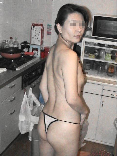 キッチンで家事をしながら露出する素人妻がエロすぎwwww家庭内エロ画像 519