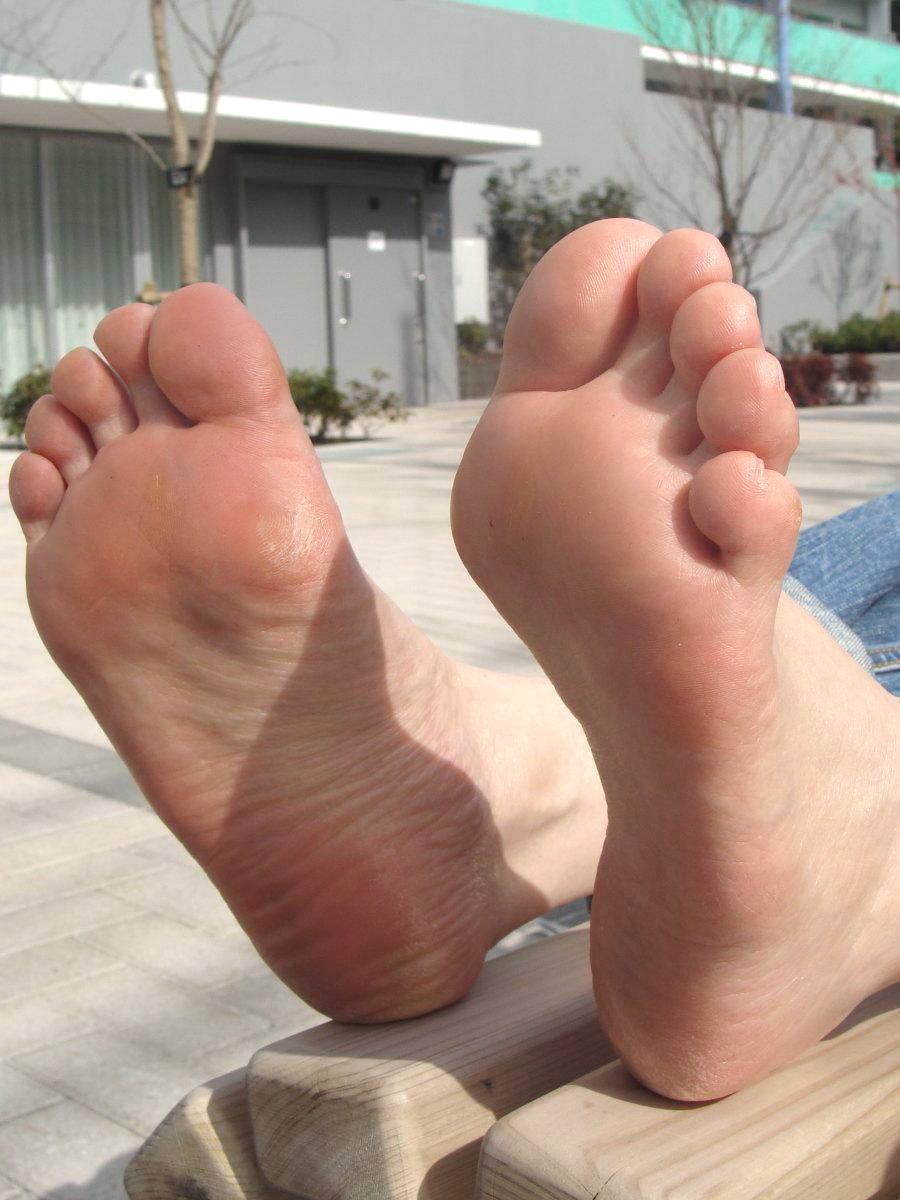 酸っぱ塩っぱい味がする女の子の足の裏フェチエロ画像 522