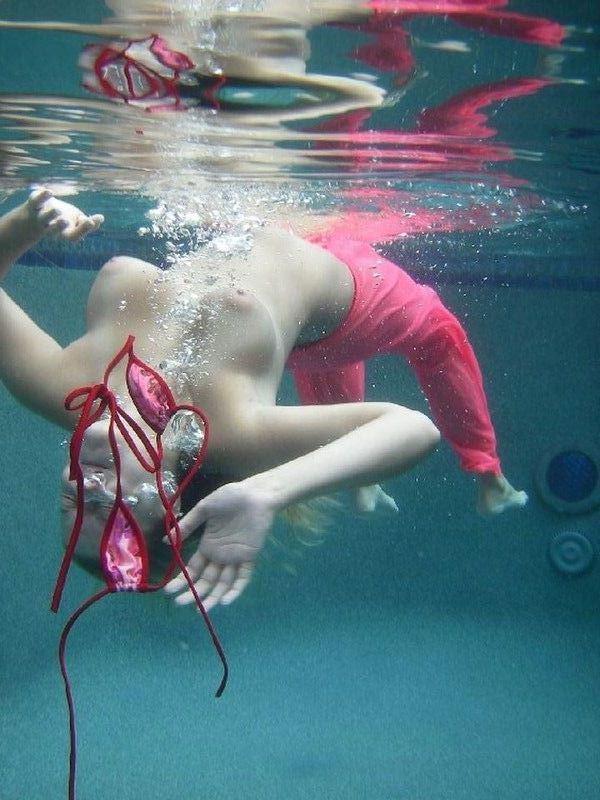 水中でエッチなおふざけしてる変質者wwww水着エロ画像 534