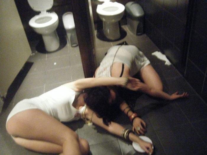 外出先で酒飲みすぎた素人娘wwww醜態晒して爆睡中のエロ画像 87