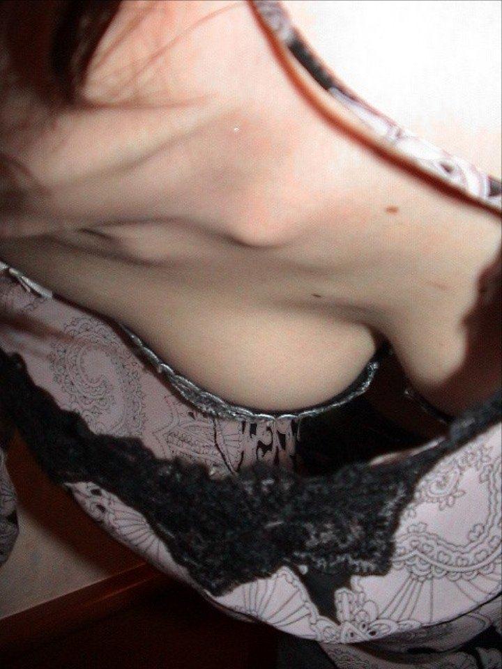 ブラが見えるほどバッチリ胸チラしてるwwwwガチ素人の盗撮エロ画像 102