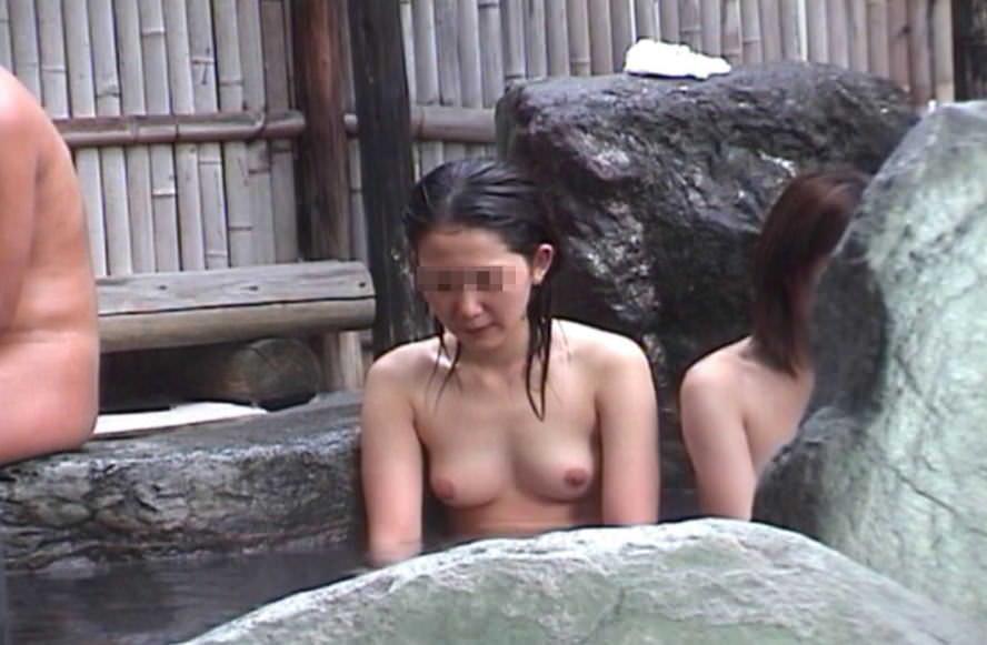 露天風呂の女湯の若い素人娘をガチ盗撮したのぞきエロ画像 1051