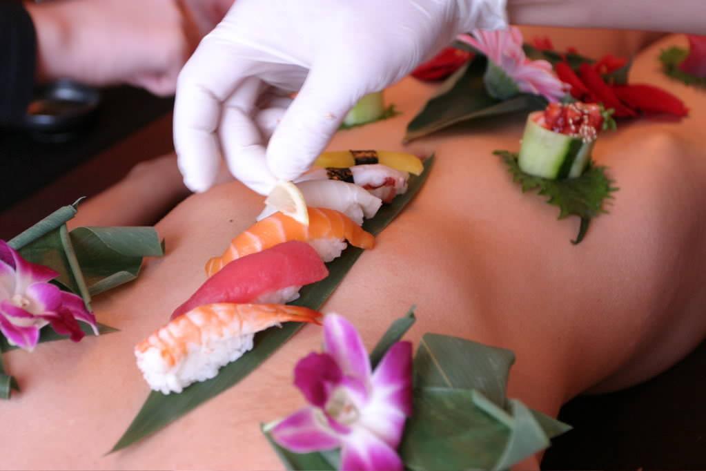 女の皮膚に触れる刺し身を頂くwww女体盛りのフェチエロ画像 109
