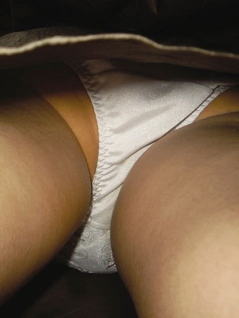 素人のピュアな女の子が履いてる白いパンティーを逆さ取りしたパンチラ盗撮エロ画像 1138