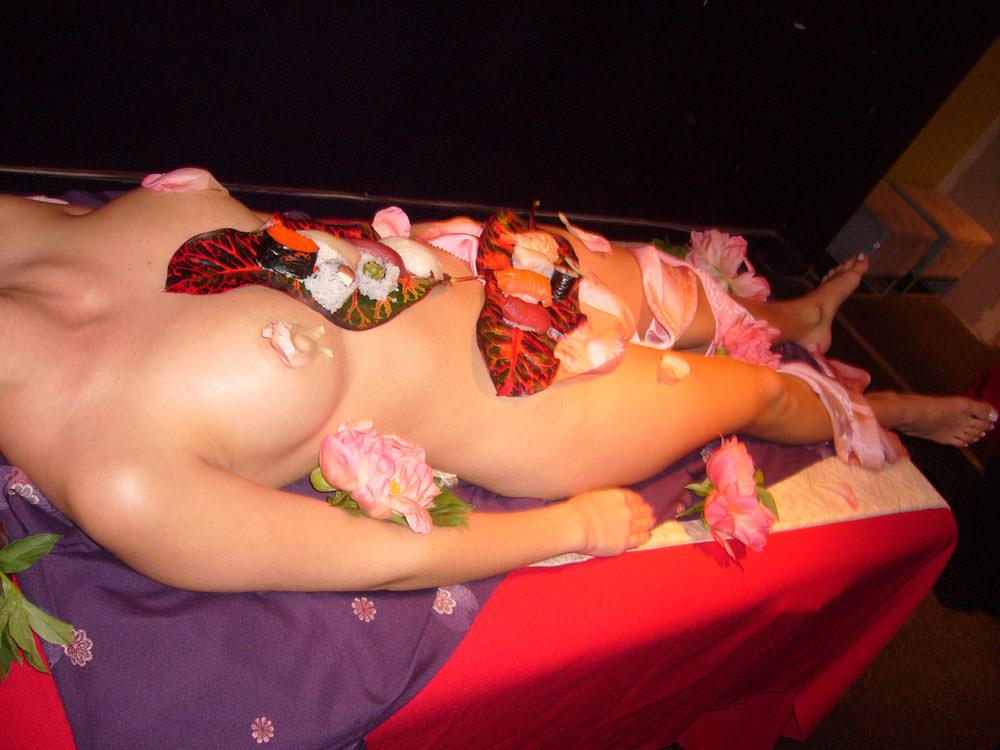 女の皮膚に触れる刺し身を頂くwww女体盛りのフェチエロ画像 1211