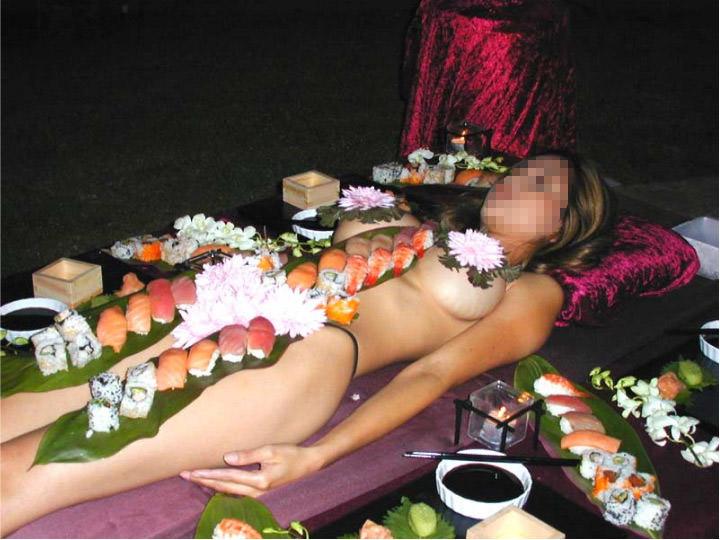 女の皮膚に触れる刺し身を頂くwww女体盛りのフェチエロ画像 130