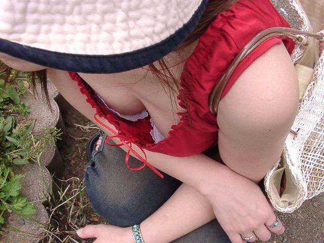 ブラが見えるほどバッチリ胸チラしてるwwwwガチ素人の盗撮エロ画像 132