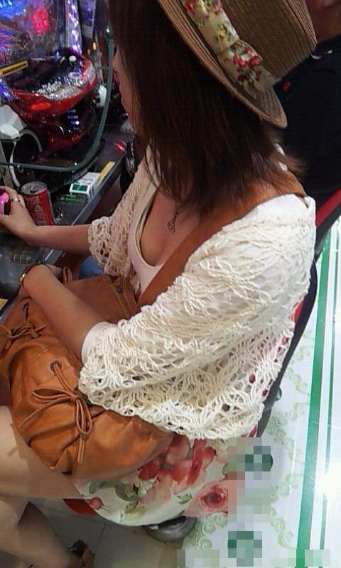 パチンコ店でリアル盗撮されたおっぱいとか胸チラお尻の素人エロ画像 1322