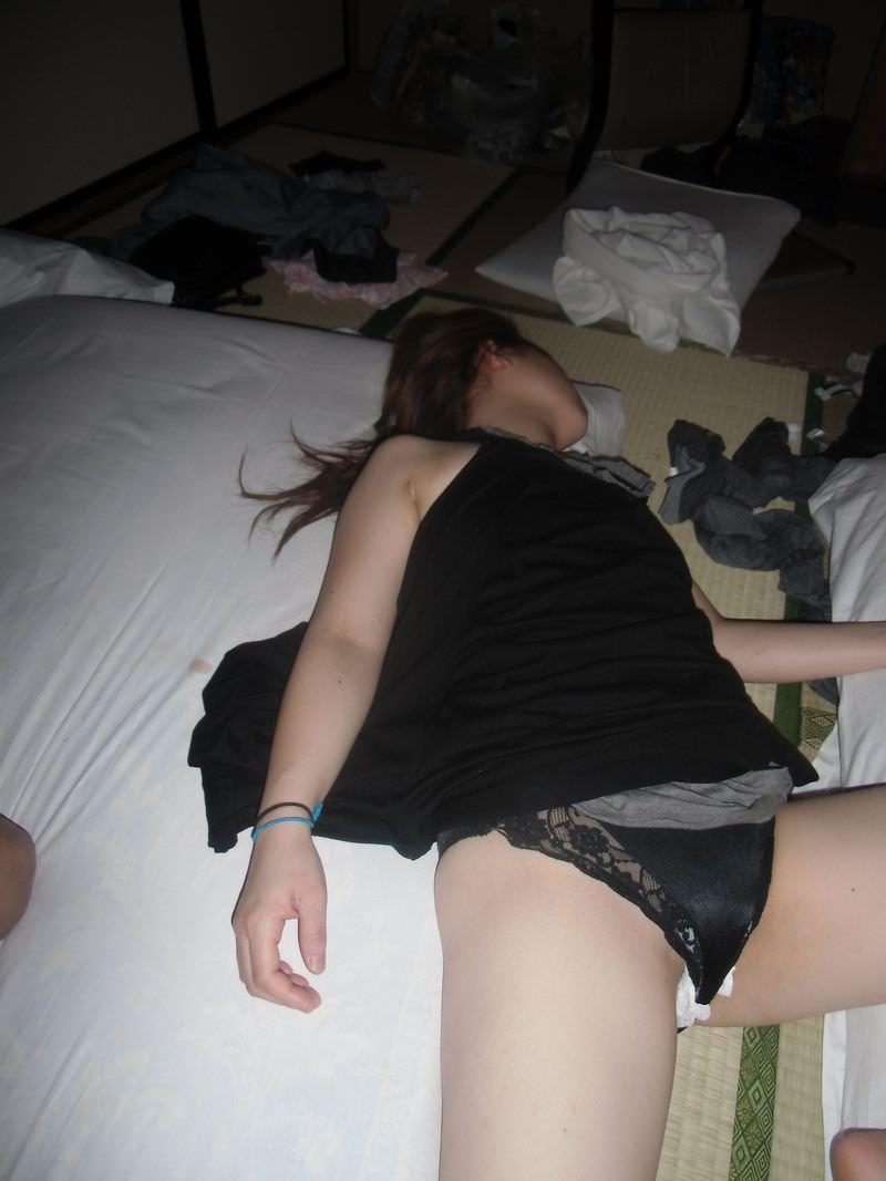 スヤスヤ眠る奥さんや姉のだらしないスケベな格好してる家庭内盗撮エロ画像 1326