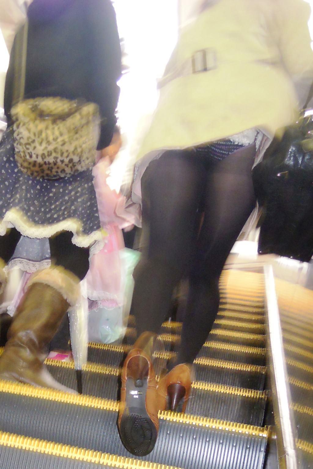 パンツが食い込んでる率が高いwwww素人娘のエスカレータ盗撮パンチラエロ画像 136