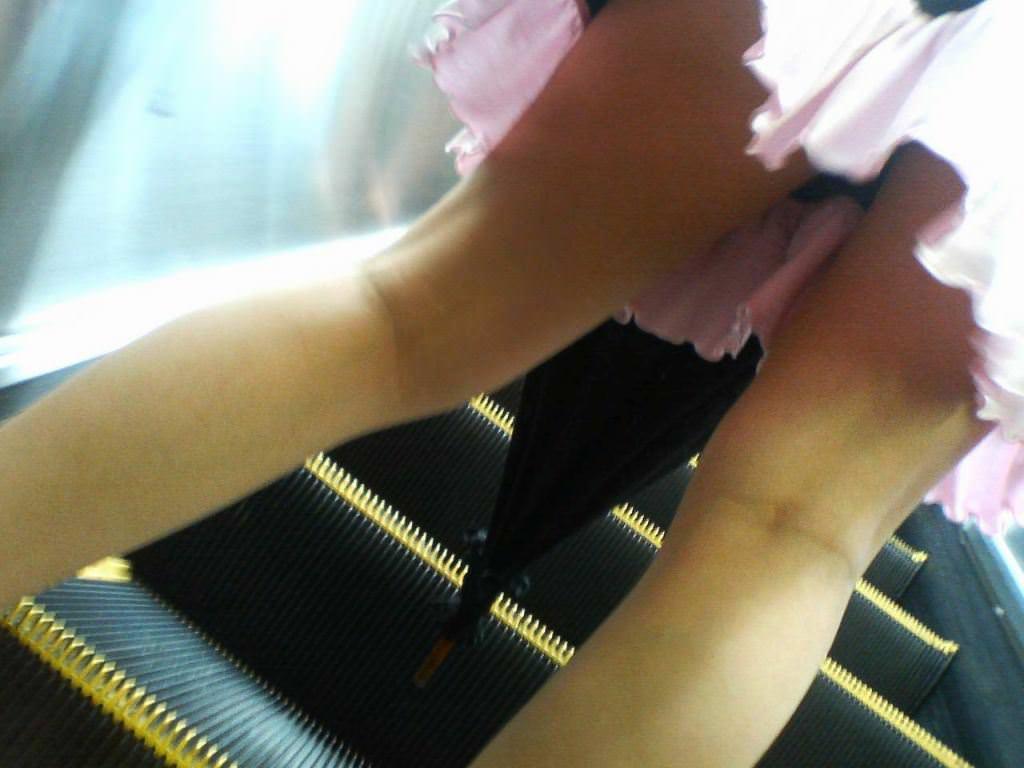 パンツが食い込んでる率が高いwwww素人娘のエスカレータ盗撮パンチラエロ画像 175