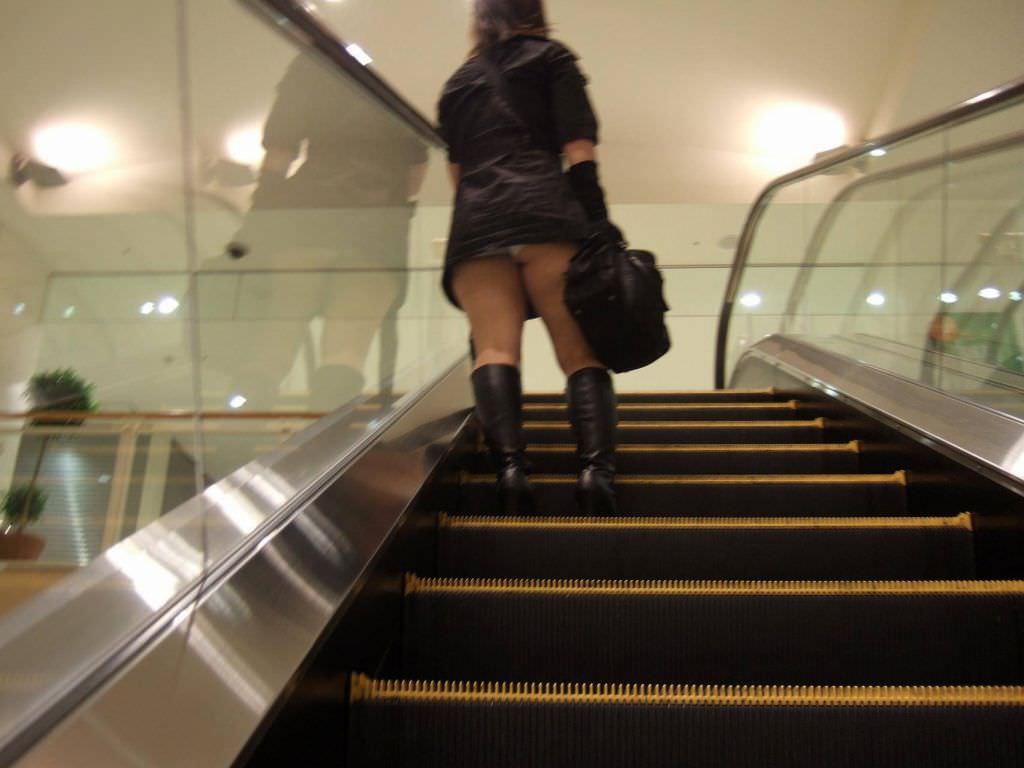 パンツが食い込んでる率が高いwwww素人娘のエスカレータ盗撮パンチラエロ画像 183